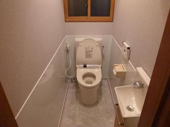 真っ白の空間に木の色がアクセントになる、お洒落なトイレに変わりました。