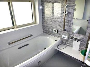 手すりが付いたことで高齢の母でも使いやすく、冬も暖かい浴室になりました。