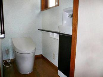 タンクレスでスペースが広く、便利なトイレに生まれ変わりました。