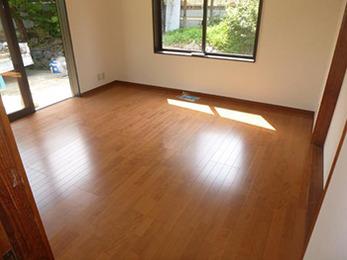 しっかりとした床板に張り替え、断熱加工で冬も暖かいリビングになりました。