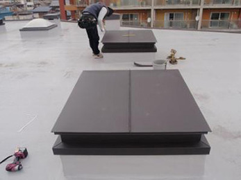 今後の設備費用のことも考えた上で屋上トップライトを施工していただき、感謝しています。
