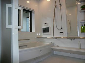 お風呂もトイレも近くにあって明るく風通しがいいし、冬は床暖房でぽかぽかで満足しています。