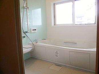 狭い浴槽から、とても明るく広々としたユニットバスに大変身しました。