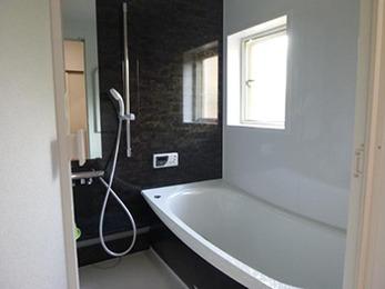 黒いパネルを取り入れた事で、とてもシックで落ち着いた印象の浴室になりました。