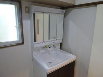 洗面台のリフォームと一緒に、壁のクロスの張り替えも行っていただきました。