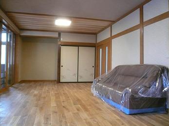 洋風のフローリングと和室のテイストを合わせた新しいリビングルームに生まれ変わりました。