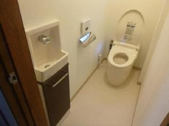 下水道に接続して内装も新しくなり、節水トイレで快適になりました。
