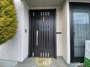 スマートキーで渋いカラーの断熱玄関ドアに取替え